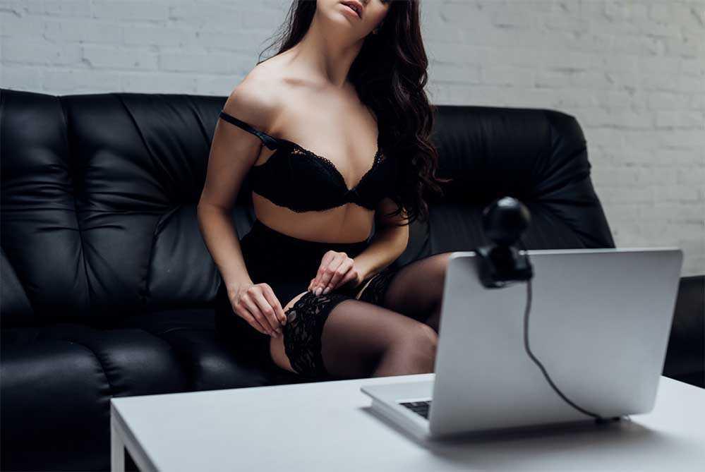 Веб модель раздевается перед веб камерой за деньги