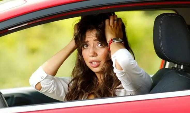 Эмансипированная женщина в современном мире водит машину