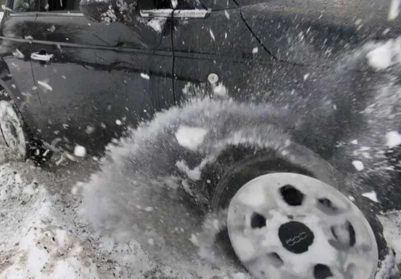 Женские прелести помогли вытолкать машину из снега