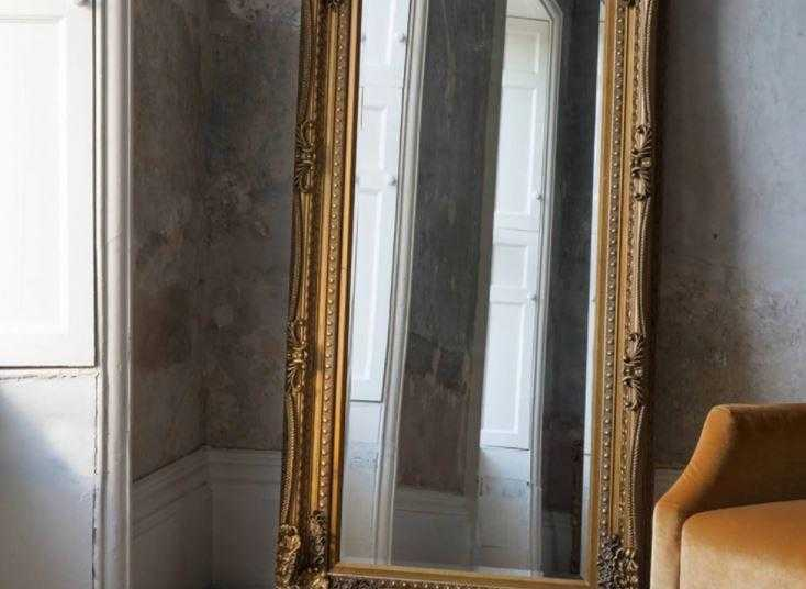 Старинное зеркало тянет меня к себе